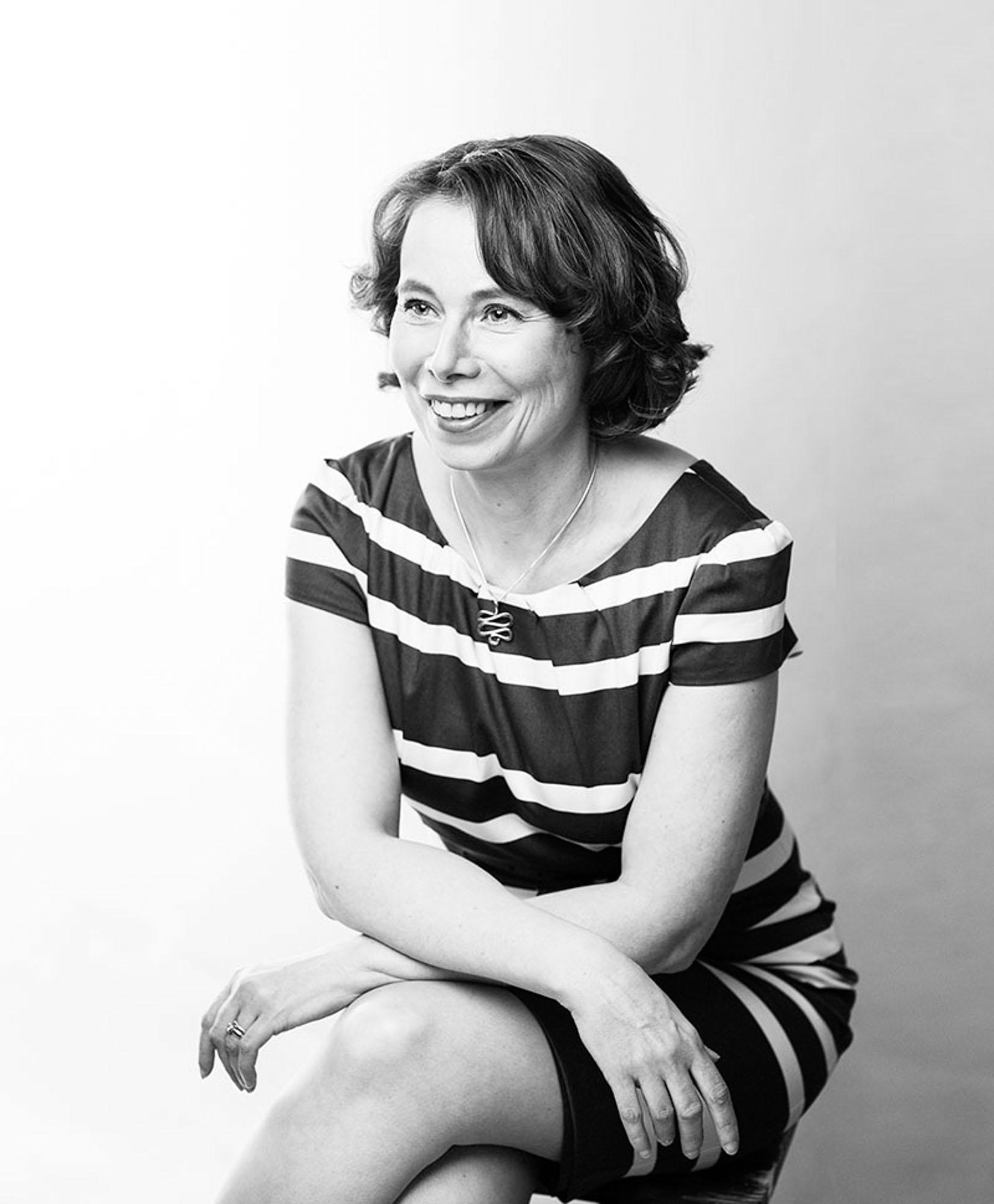 Nainen poseeraa studiossa. A woman posing in astudio shot.