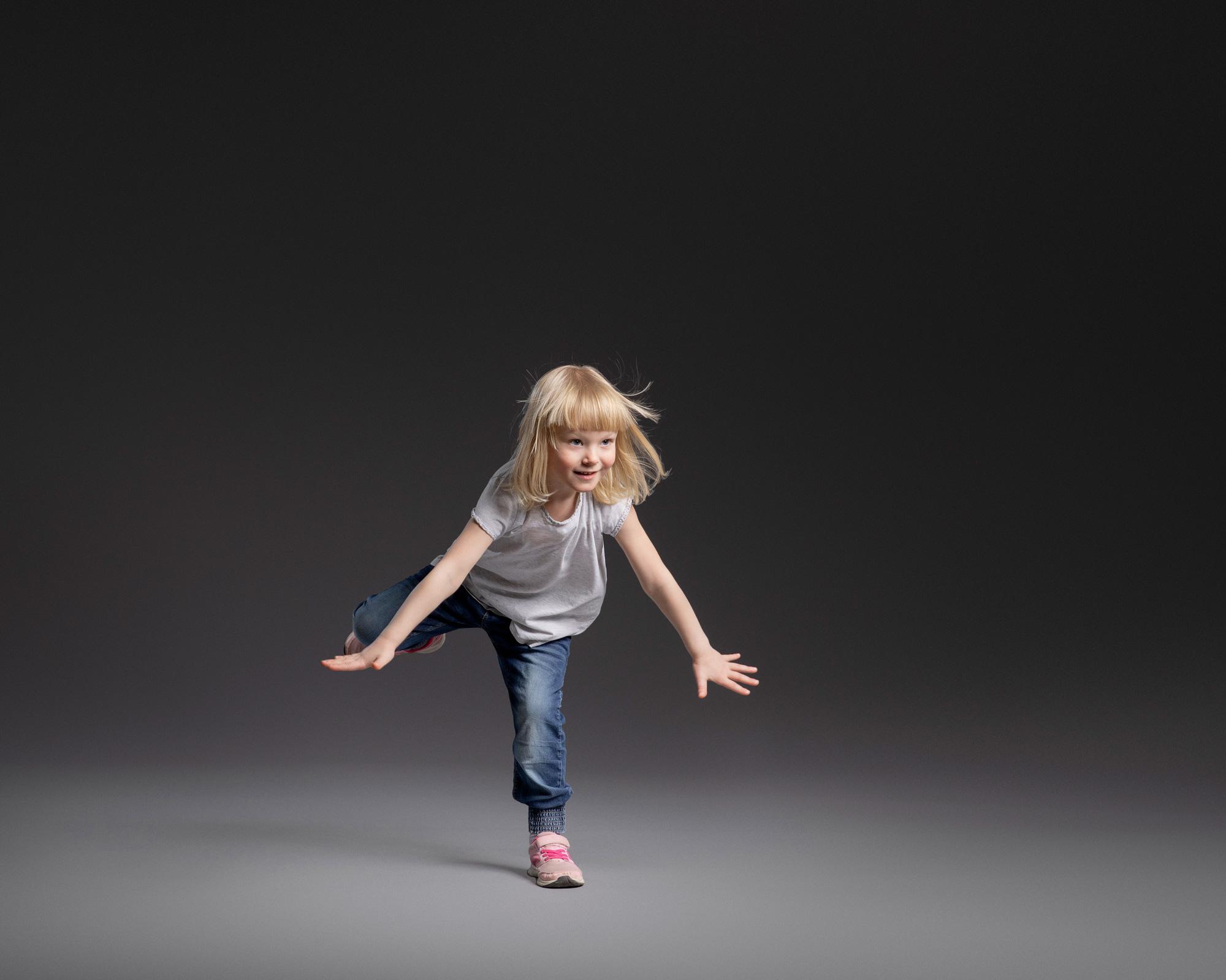 Lapsi hyppäämässä