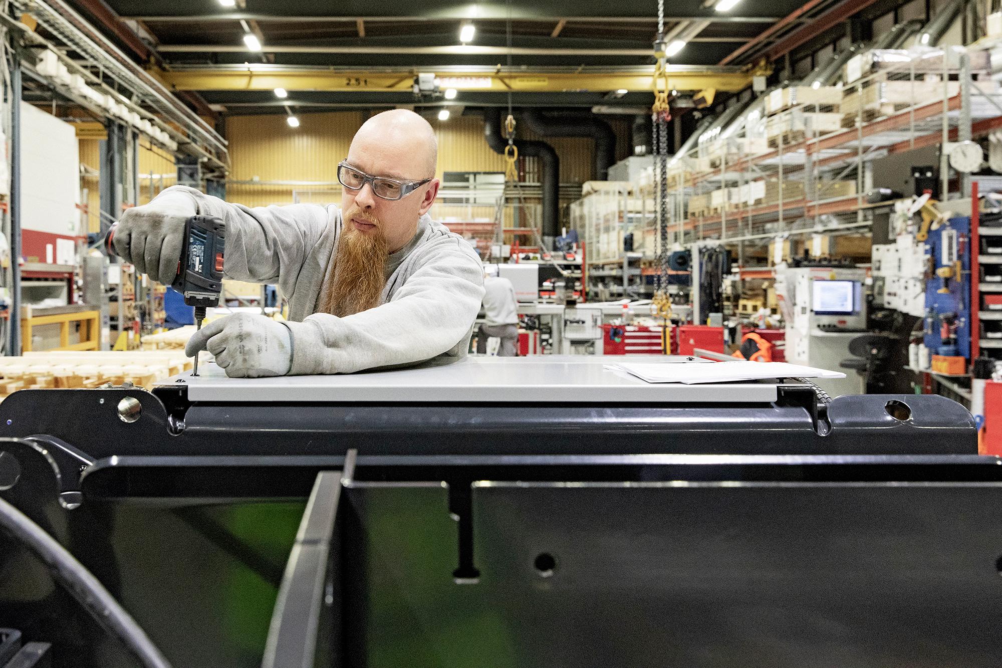 Konecranes tehdas Hämeenlinnassa, asentaa kiinnittää moottorielementtiä